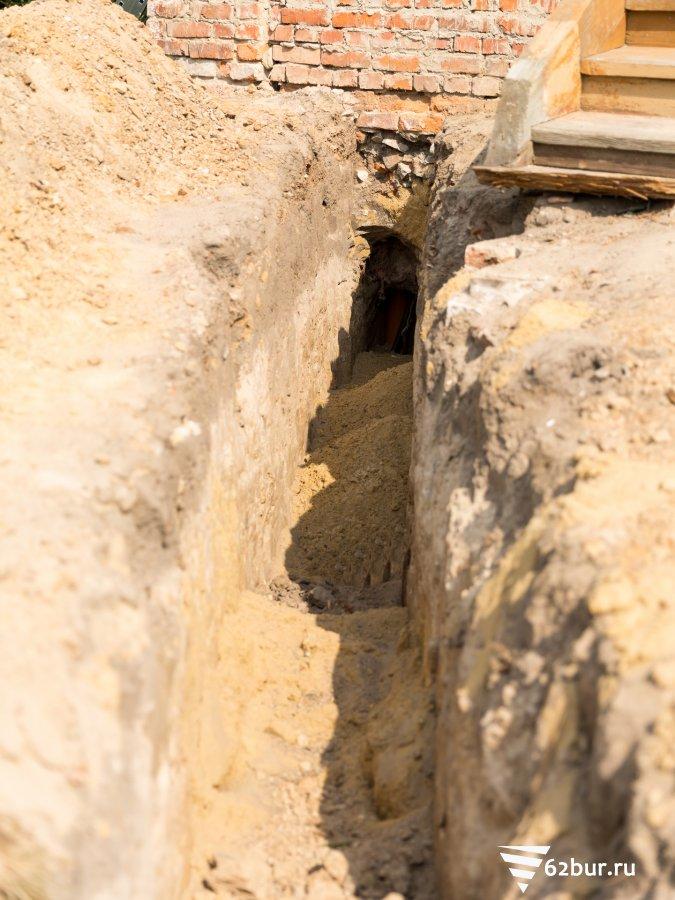 Траншея для ввода канализации в дом
